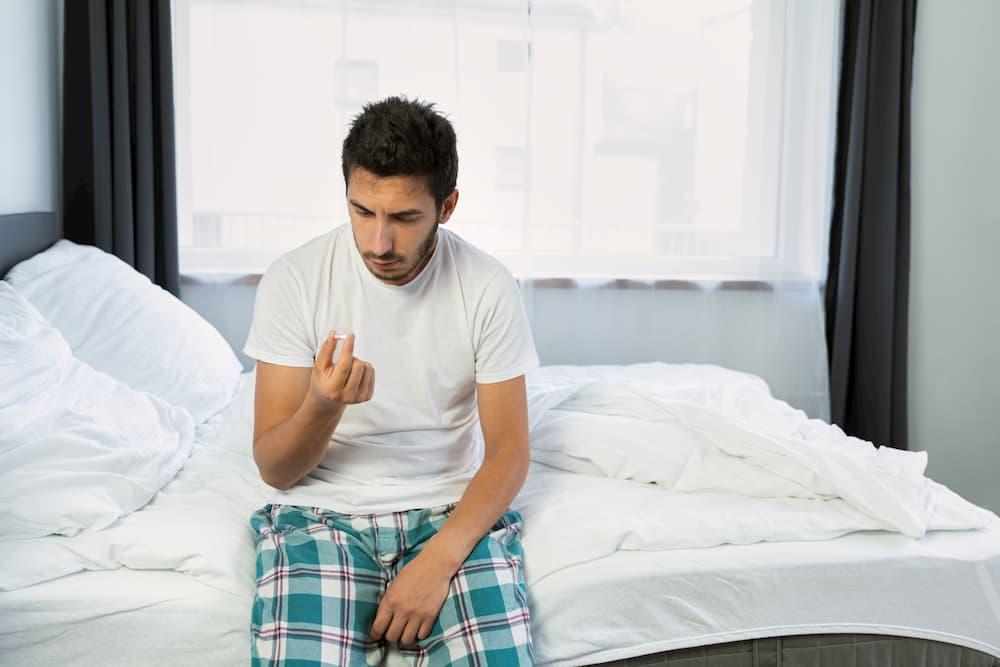 homem cama olhando viagra